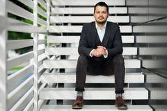 Homme d'affaires s'asseyant sur les escaliers Photographie stock