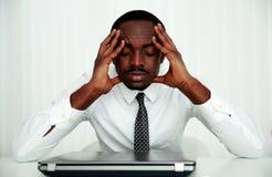 Homme d'affaires s'asseyant sur son lieu de travail Images libres de droits