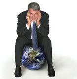Homme d'affaires s'asseyant sur un globe images libres de droits