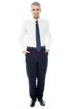 Homme d'affaires sûr avec des mains dans des poches Photographie stock libre de droits