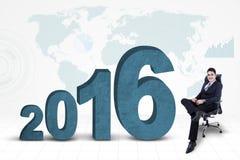 Homme d'affaires sûr avec les numéros 2016 et la carte Images libres de droits