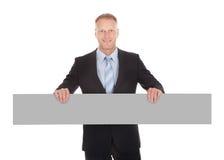 Homme d'affaires sûr Holding Wooden Plank images libres de droits