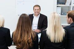 Homme d'affaires sûr lors d'une réunion Photographie stock libre de droits