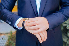 homme d'affaires sa montre de regard photo stock
