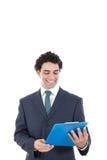 Homme d'affaires satisfaisant et souriant dans le costume regardant la recherche de société Photographie stock
