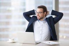Homme d'affaires satisfaisant faisant la pause sur le lieu de travail pour détendre le travail de finition photo stock