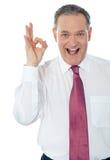 Homme d'affaires satisfaisant heureux avec le signe en bon état de main Photos libres de droits