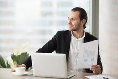 Homme d'affaires satisfait de la bonne statistique financière Images stock