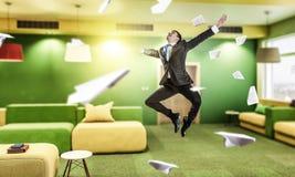 Homme d'affaires sautant dans le bureau Media mélangé Photos libres de droits