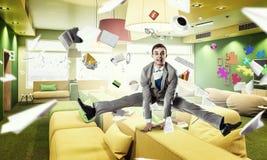 Homme d'affaires sautant dans le bureau Media mélangé Photo libre de droits
