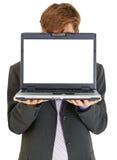 Homme d'affaires se cachant derrière l'écran d'ordinateur Images stock