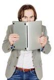 Homme d'affaires se cachant derrière son ordinateur portable dans des ses mains Emo Photographie stock libre de droits