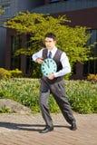 Homme d'affaires se dirigeant à l'horloge Image libre de droits