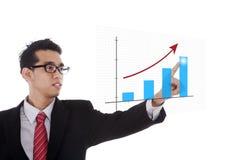 Homme d'affaires se dirigeant au diagramme Photo stock