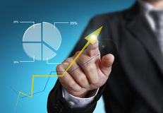 Homme d'affaires se dirigeant au graphique de croissance Images libres de droits