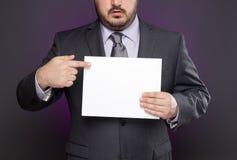 Homme d'affaires se dirigeant au signe blanc Photographie stock