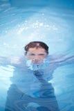 Homme d'affaires se noyant dans l'océan Photographie stock