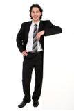 Homme d'affaires se penchant sur un panneau-réclame Photo stock