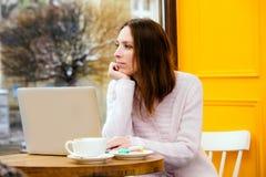 Homme d'affaires se reliant d'Internet de wifi d'ordinateur portable d'utilisation de main de femme occupé à l'ordinateur de dact photographie stock