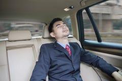 Homme d'affaires se reposant à l'intérieur d'une voiture images stock