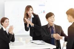 Homme d'affaires se serrant la main au cours de la réunion dans le bureau images libres de droits