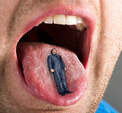 Homme d'affaires se situant dans la bouche ouverte image libre de droits