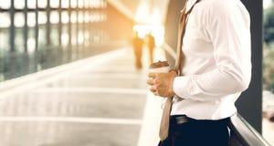 Homme d'affaires se tenant à la société de passage couvert de bâtiment avec le conce d'espoir photos libres de droits