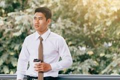 Homme d'affaires se tenant à la société de passage couvert de bâtiment avec le conce d'espoir photo libre de droits