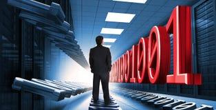 Homme d'affaires se tenant au centre de traitement des données Photographie stock