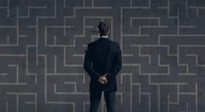 Homme d'affaires se tenant au-dessus du fond de labyrinthe Affaires, strate Images libres de droits