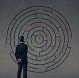 Homme d'affaires se tenant au-dessus du fond de labyrinthe Affaires, strate Image libre de droits