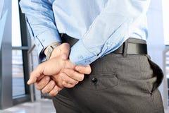 Homme d'affaires se tenant avec des mains derrière Photos libres de droits