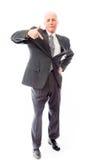 Homme d'affaires se tenant avec la main sur la taille et le pointage Photos stock