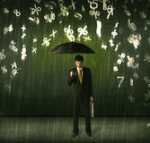 Homme d'affaires se tenant avec le parapluie et nombres 3d pleuvant le concep Photographie stock