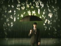 Homme d'affaires se tenant avec le parapluie et nombres 3d pleuvant le concep Photo libre de droits