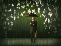 Homme d'affaires se tenant avec le parapluie et nombres 3d pleuvant le concep Photos libres de droits