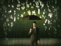 Homme d'affaires se tenant avec le parapluie et nombres 3d pleuvant le concep Photo stock