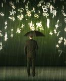 Homme d'affaires se tenant avec le parapluie et nombres 3d pleuvant le concep Photos stock