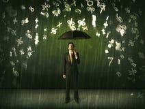 Homme d'affaires se tenant avec le parapluie et nombres 3d pleuvant le concep Photographie stock libre de droits