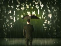 Homme d'affaires se tenant avec le parapluie et nombres 3d pleuvant le concep Image libre de droits