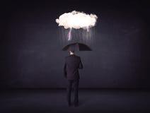 Homme d'affaires se tenant avec le parapluie et peu de nuage de tempête photo libre de droits