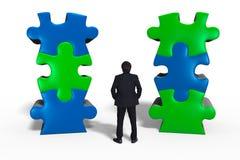 Homme d'affaires se tenant avec un puzzle Images libres de droits