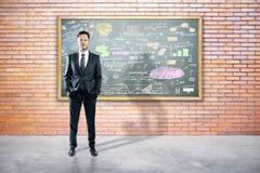 Homme d'affaires se tenant contre le croquis d'affaires illustration libre de droits