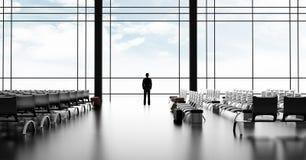 Homme d'affaires se tenant dans l'aéroport images stock
