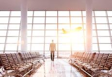 Homme d'affaires se tenant dans l'aéroport Photo stock
