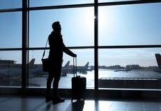 Homme d'affaires se tenant dans l'aéroport et parlant au téléphone Photographie stock