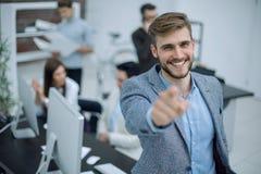 Homme d'affaires se tenant dans le bureau et dirigeant le doigt à vous Photographie stock