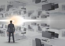 homme d'affaires se tenant dans le bureau inversé avec la fusée Photo stock