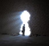 Homme d'affaires se tenant dans une ouverture de mur images stock