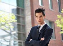 Homme d'affaires se tenant dehors avec des bras croisés Photo stock